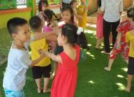 Trẻ tham gia hoạt động ngoài trời